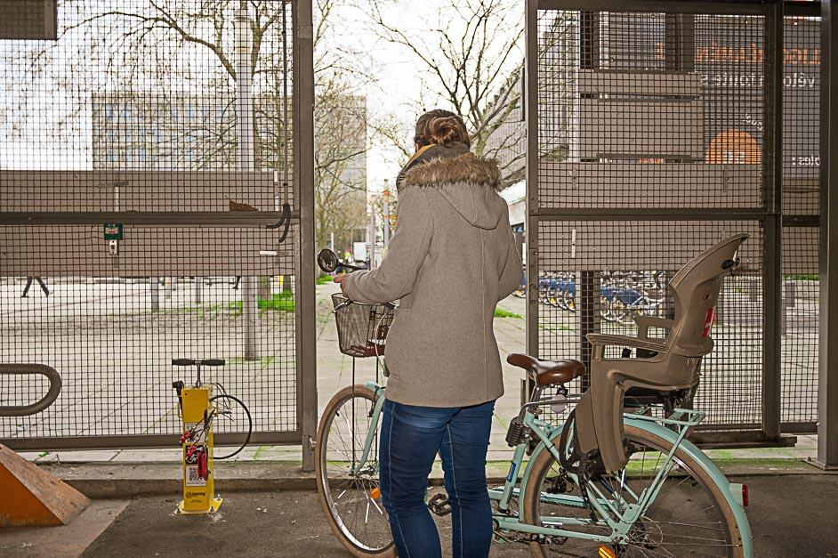 Femme vélo à la sortie d'une consigne Vélogo