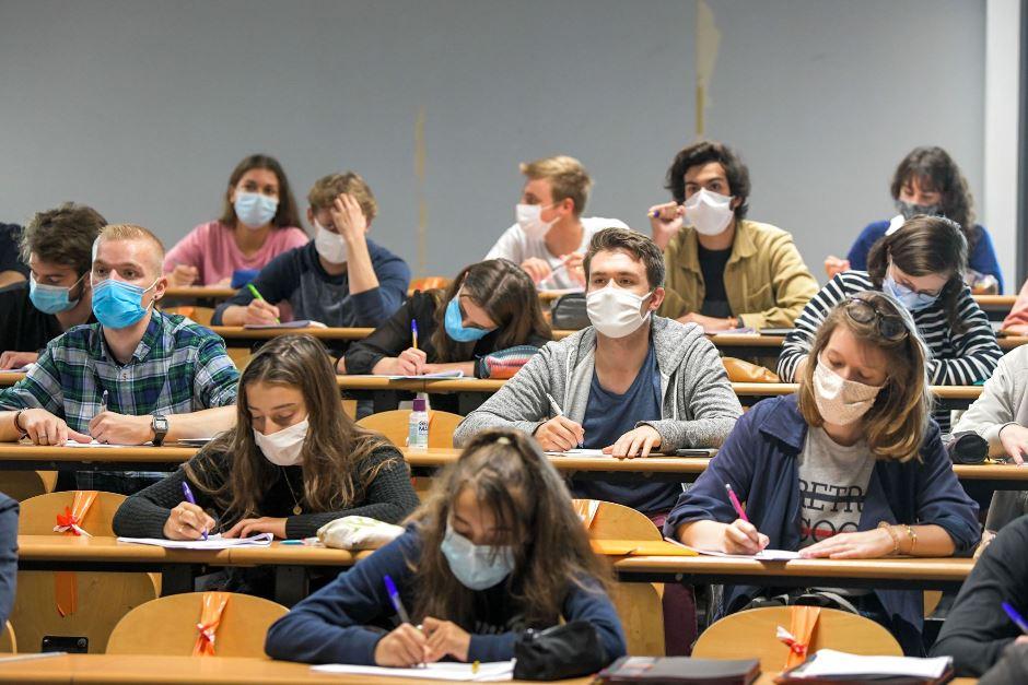 Etudiants masqués dans un amphi